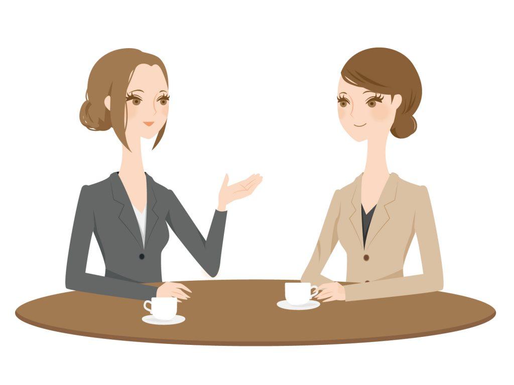 読書のアウトプット方法で会話する女性