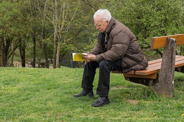 老後の趣味を考える高齢者